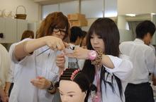 TOHOの体験は先輩学生がひとつひとつ丁寧に指導しています。