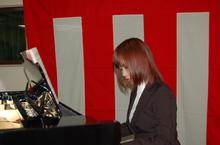 卒業式の入場に華を添える、1年生の平尾さんによるピアノ演奏が会場に響きました。